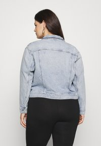 Calvin Klein Jeans Plus - 90S TRUCKER PLUS - Denim jacket - denim light - 2