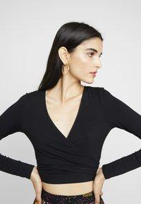 Glamorous - WRAP CROP - T-shirt à manches longues - black - 5