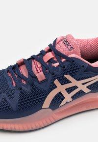 ASICS - GEL-RESOLUTION 8 - Multicourt tennis shoes - peacoat/rose gold - 5