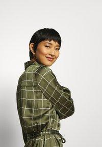 Twist & Tango - LISA DRESS - Košilové šaty - greyish green - 4
