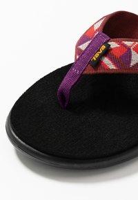 Teva - VOYA - Sandály s odděleným palcem - cayambe firey red - 5