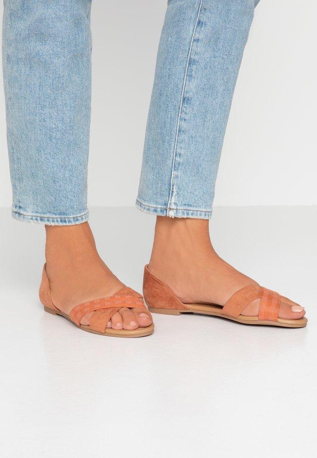 DALLAS CROSSOVER  - Sandaalit nilkkaremmillä - hazel