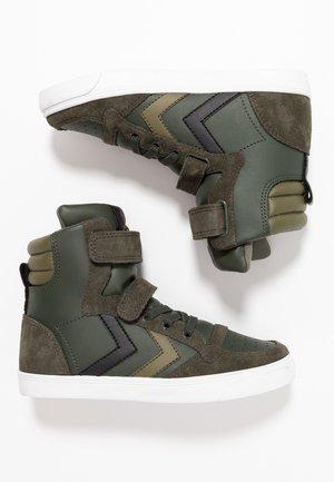 SLIMMER STADIL - Sneakers hoog - rosin