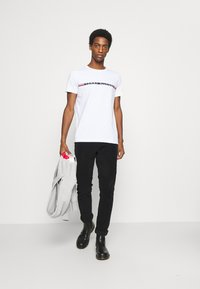 Tommy Hilfiger - MINI STRIPE - T-shirt con stampa - white - 1