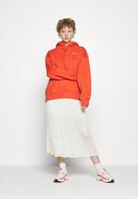 Nike Sportswear - HOODIE TREND - Mikina skapucí - mantra orange/white - 1