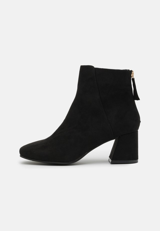 BRICKS SQUARE TOE FLARED BLOCK HEEL BOOT - Bottines - black