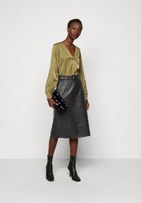 Selected Femme Tall - SLFOLLY  MIDI SKIRT - Leather skirt - black - 1