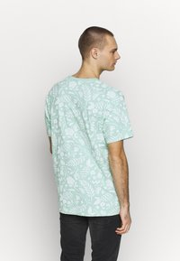Cayler & Sons - LEAVES WIRES TEE - Print T-shirt - mint - 2