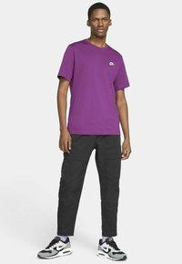 Nike Sportswear - CLUB TEE - T-shirt - bas - viotech white - 1