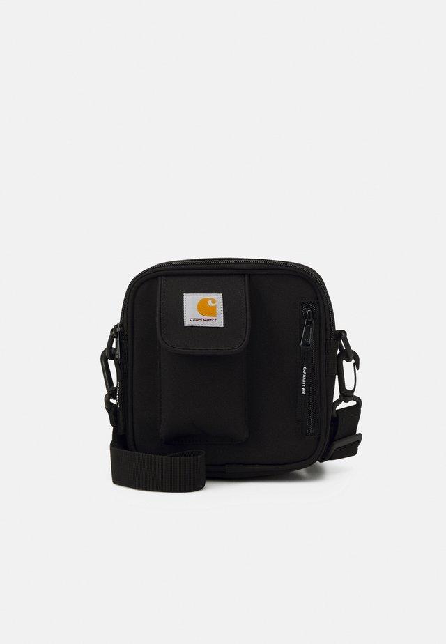 ESSENTIALS BAG SMALL UNISEX - Olkalaukku - black