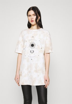 TIE DYE MYSTIC TEE - T-shirts med print - camel