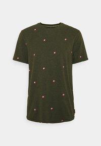 Scotch & Soda - WITH SMALL PRINT - T-shirt med print - dark green/light pink - 0