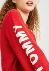 Tommy Jeans - LOGO SLEEVE DETAIL - Pullover - racing red - 4