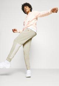 Nike Sportswear - Pantalones deportivos - grain/coconut milk/ice silver/white - 4