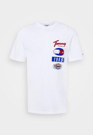 PRINTED PATCHES LOGO TEE - T-shirts print - white