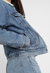 Levi's® - EX-BF SHERPA TRUCKER - Jeansjakke - addicted to love - 5