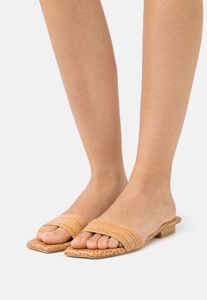 MAYA  - Pantofle - almond
