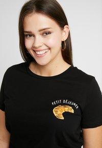 Vero Moda Curve - VMEMINA FRANCIS - T-shirt imprimé - black - 4