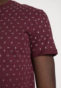 Pier One - T-shirt med print - bordeaux - 4
