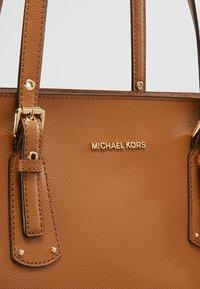 MICHAEL Michael Kors - VOYAGER  - Torba na zakupy - acorn - 7