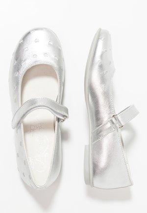 Ballerine con cinturino - argento