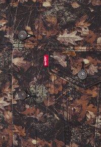 Levi's® - VINTAGE FIT TRUCKER UNISEX - Veste en jean - olive/black/brown - 2