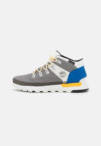 SPRINT TREKKER MID WP ULTD - Höga sneakers - white/blue