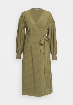 MERRILL DRESS - Denní šaty - air khaki