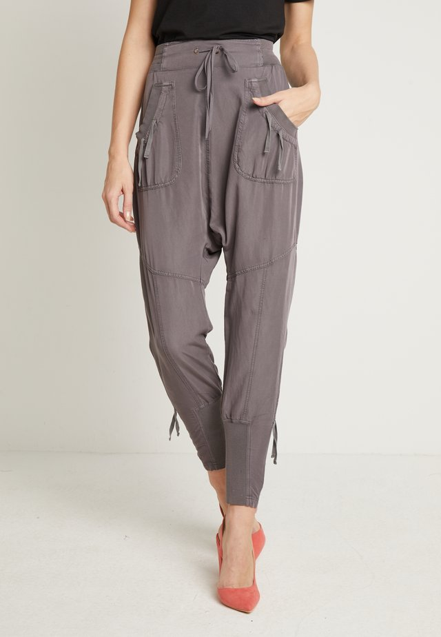 NANNA PANTS - Pantaloni - pitch black