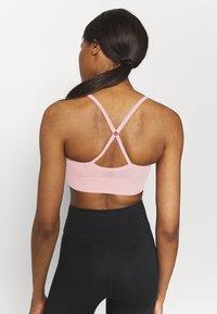 Nike Performance - INDY SEAMLESS BRA - Reggiseno sportivo con sostegno leggero - pink glaze/white - 4