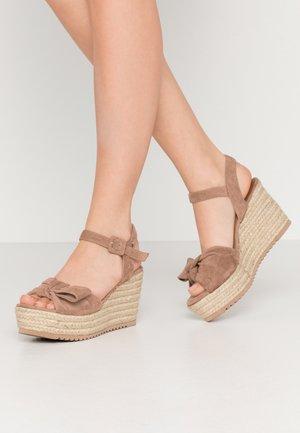 Sandały na platformie - taupe