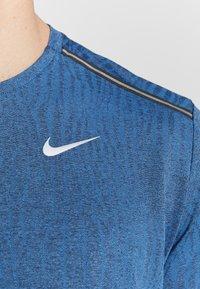 Nike Performance - M NK DRY MILER SS JACQUARD FF - Camiseta estampada - smoke grey/pacific blue - 6