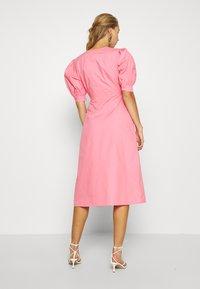NA-KD - HOSS X FRONT TWIST DRESS - Cocktailkleid/festliches Kleid - pink - 2