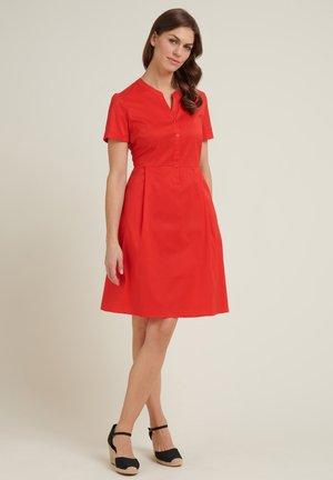 MIT KNOPFLEISTE - Shirt dress - rot