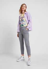 ICHI - KATE STRIPY TROUSERS - Trousers - total eclipse - 1