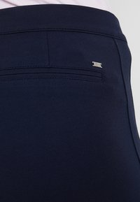 Tommy Hilfiger - HERITAGE FIT PANTS - Trousers - midnight - 3
