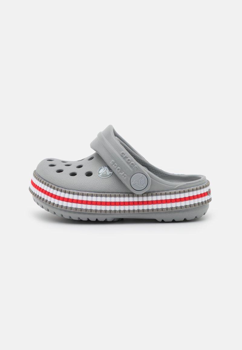 Crocs - CROCBAND VARSITY UNISEX - Sandały kąpielowe - light grey