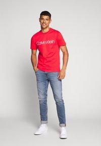 Calvin Klein - FRONT LOGO - T-shirt z nadrukiem - red - 1