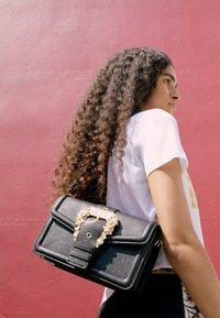 Versace Jeans Couture - BUCKLE SHOULDER BAG - Across body bag - nero - 5