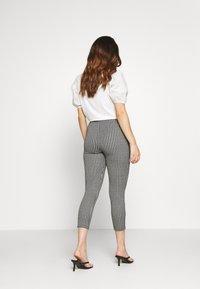 Miss Selfridge Petite - CHECK PONTE TROUSER - Trousers - mono - 2