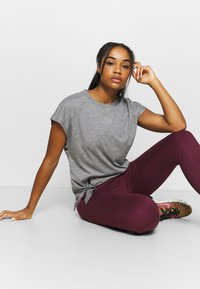 Nike Performance - FLOW HYPER 7/8 PANT - Pantalones deportivos - night maroon - 3