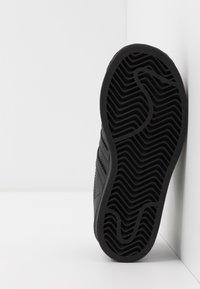 adidas Originals - SUPERSTAR UNISEX - Trainers - core black - 5