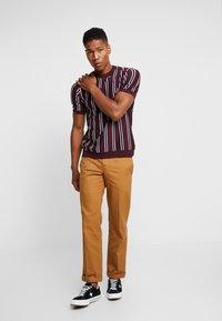 Topman - STRIPE CREW - T-shirt basic - burgundy - 1