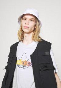 adidas Originals - GRAPHIC UNISEX - Print T-shirt - white/multicolor - 3