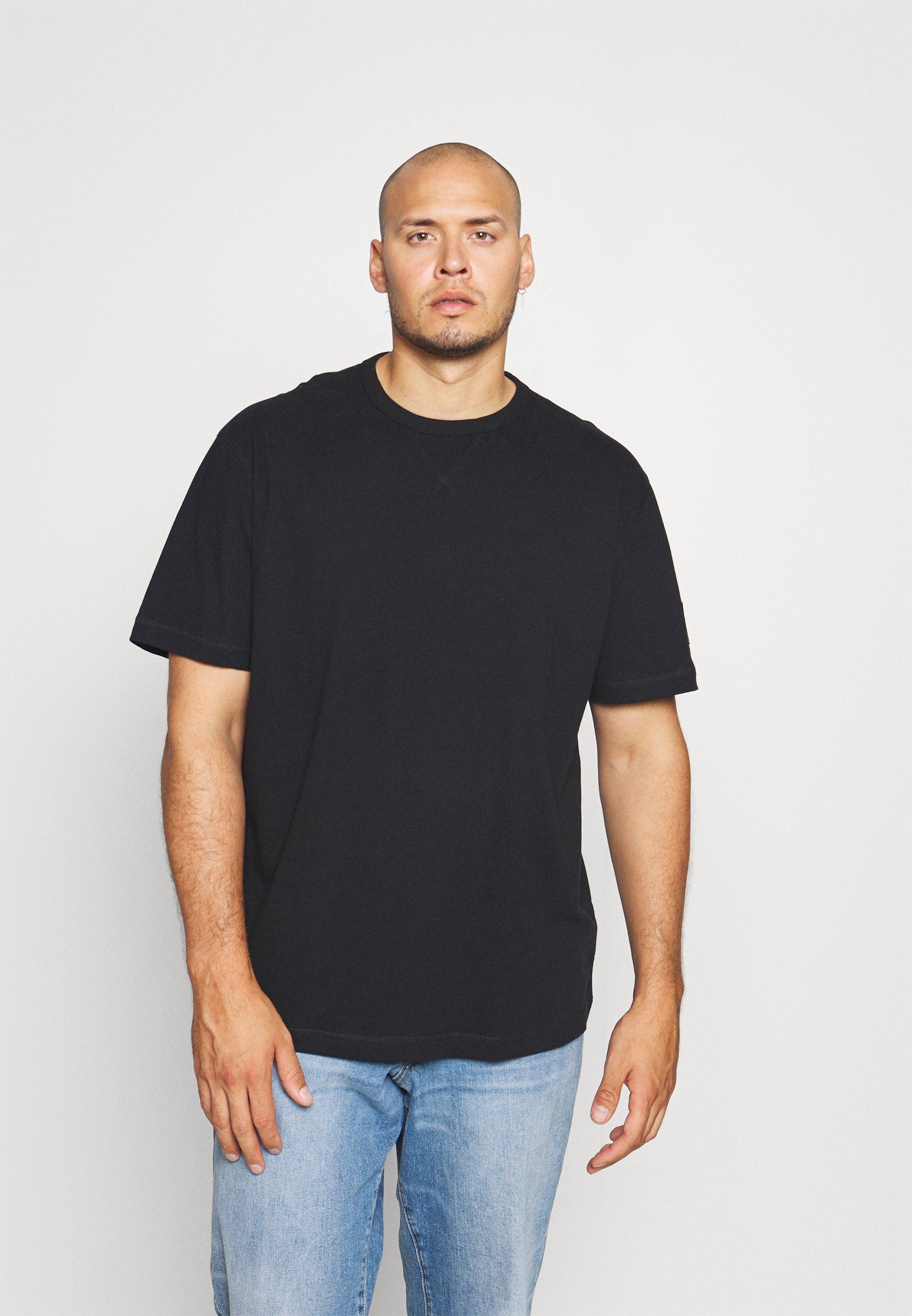 Men PLUS MONOGRAM SLEEVE BADGE TEE - Basic T-shirt