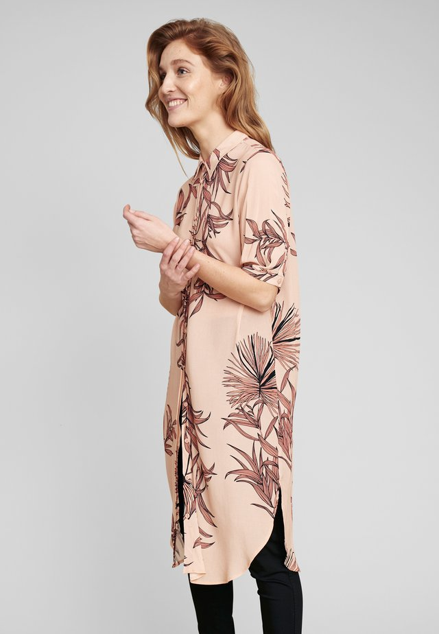 BLUSENKLEID SONIA IM LOCKEREN SCHNITT - Shirt dress - peach rose flower
