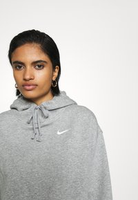 Nike Sportswear - HOODIE TREND - Felpa con cappuccio - dark grey heather/matte silver/white - 3