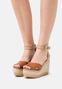 ALOHAS - CITRONELLA - Sandály na platformě - plain camel - 0