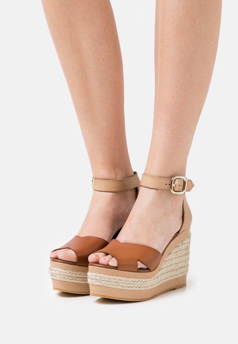 ALOHAS - CITRONELLA - Sandály na platformě - plain camel