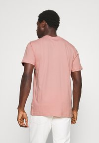 Selected Homme - SLHNORMAN O NECK TEE - Basic T-shirt - mellow rose - 2